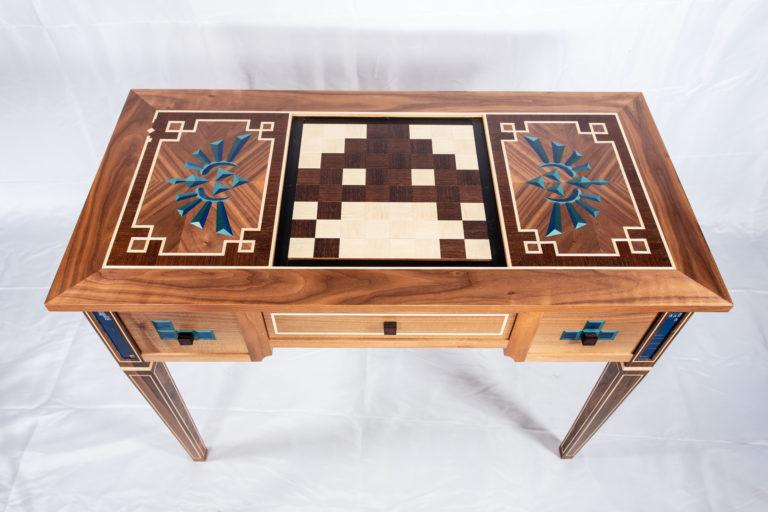 Vue plongeante de la table à jeux réalisée par Manivelle Eénisterie