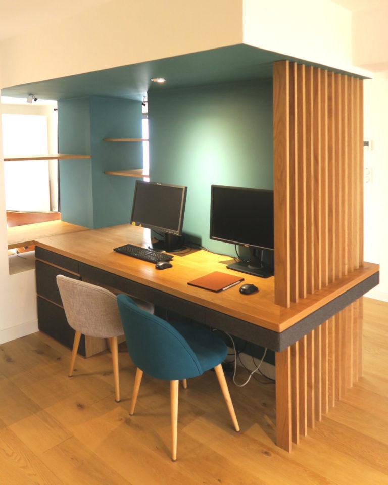 un bureau en chène massif et un claustra intégrés dans un intérieur design